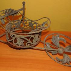 SUPORT, FRUCTIERĂ VECHE, METAL ȘI ÎMPLETITURĂ (IEDERĂ, HAMEI) ÎN FORMĂ DE ROABĂ! - Metal/Fonta