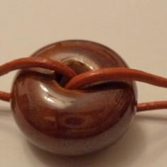 Bratara unisex pe piele terracotta cu cerc/donut de ceramica si elemente cuprate