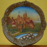 AuX: Frumoasa aplica veche de perete, decoratinuea e confectionata din aluminiu turnat si pictat, reprezinta un castel romanesc, posibil Bran, Peles? - Metal/Fonta, Ornamentale