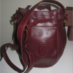 Geanta\sac vintage brand:colectia must de Cartier Paris piele naturala,fabricata in Franta,pe  visiniu,prevede o curea ajust.,2 buzunare interioare, Geanta saculet
