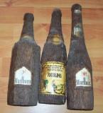 lot cinci sticle imbracate in imitatie de lemn plus sase pahare