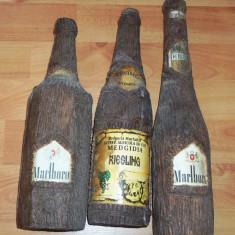 Lot cinci sticle imbracate in imitatie de lemn plus sase pahare - Sticla