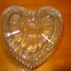 Bomboniera veche inima , din sticla, impecabila, cu modele in relief  model vechi