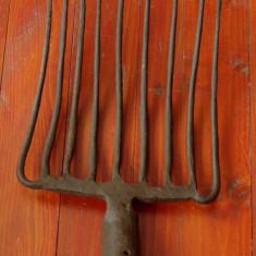 Scule / unelte ---- Furca veche din metal !!!! - Metal/Fonta