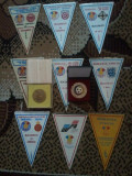 Cumpara ieftin Lot 9 fanioane Federatia Romana de Fotbal (F.R.F.)  x 10 roni fanionul + medalie F.R.F. + medalie Gheorghe Hagi + 10 roni taxele postale = 200 roni