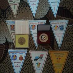 Lot 9 fanioane Federatia Romana de Fotbal (F.R.F.)  x 10 roni fanionul + medalie F.R.F. + medalie Gheorghe Hagi + 10 roni taxele postale = 200 roni
