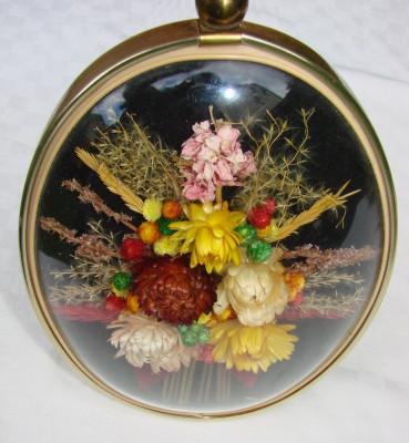 Obiect decorativ cu flori naturale uscate foto