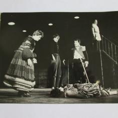 FOTO CU T.CARAGIU, V.OGASANU SI TAMARA BUCIUCEANU IN PIESA DE TEATRU REVIZORUL DE GOGOL REGIZATA DE L.PINTILIE ANII 70 - Fotografie, Arta, Romania 1900 - 1950