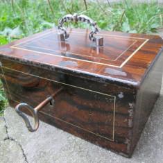 Caseta veche pentru valori, cutie veche metal cu cheie  cheie originala, bani