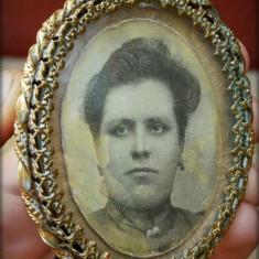 FOTOGRAFIE CU RAMĂ, ÎNGRIJIT LUCRATĂ, ALAMĂ CU CATIFEA ȘI PICIORUȘ, VECHE 1900!