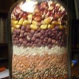 Sticla sectiune dreptunghiulara, cu seminte naturale, divers colorate.