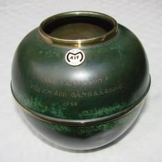 Vas din alama patinata din anul 1946, cu insigna din anul 1907, Vase