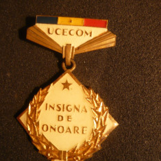INSIGNA DE ONOARE UCECOM - metal si email, Romania de la 1950