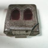 VECHE CUTIUTA DIN METAL - MODEL ANCADRAMENT DE BASILICA - FOLOSIT IN RELIGIA CRESTINA - DIMENS 3, 5 X 3 X 1 CM - Metal/Fonta