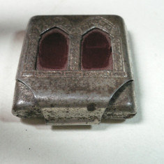 VECHE CUTIUTA DIN METAL - MODEL ANCADRAMENT DE BASILICA - FOLOSIT IN RELIGIA CRESTINA  - DIMENS 3,5 X 3 X 1 CM