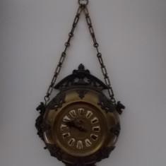 Ceas medalion ornamental, din prima serie, cu carcasa din alama si ornamentatii din antimoniu. Stare perfecta de functionare, inainte de 1900. - Ceas de perete