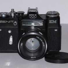 Zenit EM + Helios 44M 2/58 (8 petale) - Black - Olimpic Moskva 80 -Aproape nou! - Aparat Foto cu Film Zenit