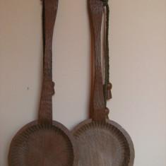 Deosebit set de doua linguri foarte mari din lemn, lucrate manual, vintage, lungimea piesei 77, 5 cmx 26 cm diametrul, ideale pentru decor pensiuni !