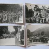 REDUCERE 40 LEI! 4 FOTOGRAFII WW II CU DEFILAREA OFITERILOR GARNIZOANEI PREDEAL 1942 - Fotografie veche