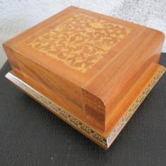 Cutie muzicala pentru tigari, caseta veche lemn cu intarsie