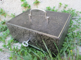 Caseta veche pentru valori, cutie veche metal cu cheie pntru pastrat bijuterii , bani