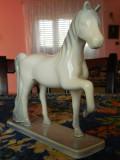 Frumos BIBELOU vechi din perioada comunista reprezentand un cal cu piciorul ridicat, de colectie!