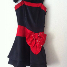 Rochie neagră cu fundă roşie. - Rochie banchet, Culoare: Negru, Marime: 36, Scurta, Cu bretele, Satin