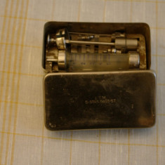 Seringa clasica ( metal si sticla ) in cutie metalica cu ace