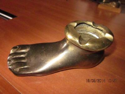 Scrumiera veche, olandeza, masiva din bronz ,in forma de picior foto