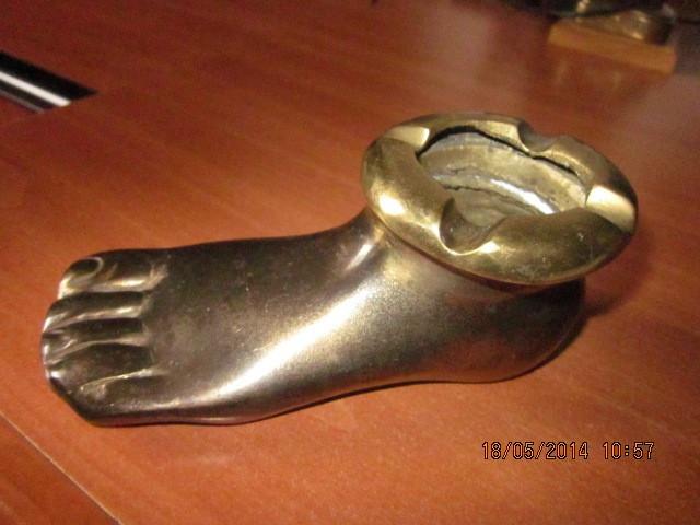 Scrumiera veche, olandeza, masiva din bronz ,in forma de picior