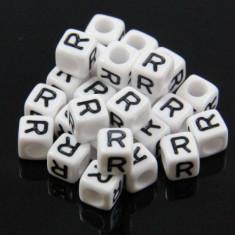 100 buc Margele plastic acril, alfabet, albe, litera R, forma de cub, 6 mm