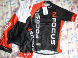 echipament ciclism focus red set pantaloni cu bretele tricou jersey bib