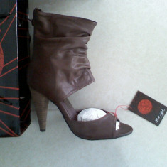 Sandale gen cizma RED HOT by ASOS maro fermoar la spate piele eco marime 37 noi cu eticheta, in cutia originala, ideal cadou - Sandale dama Zara, Culoare: Khaki