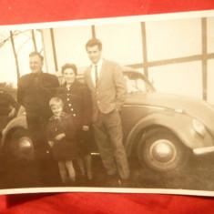 Fotografie interbelica - Familie germana cu automobil Wolkswagen