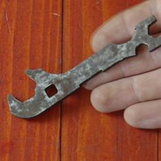 Scule - unelte ---- Veche cheie din metal pentru bicicleta !!!! - Metal/Fonta