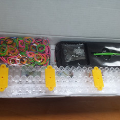 Kit LOOM BANDS - Bratari silicon. Instructiuni, Suport de lucru, 600 elastice multicolore, Inchizatori, Croseta. Super oferta!! - Bratara silicon