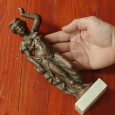 Veche statueta femeie din metal - aluminiu cu suport din roca naturala !!! - Metal/Fonta