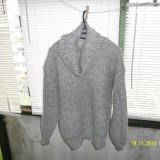 Pulover gri cu fir argintiu, Din imagine