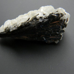 Mineral din colectie - FLOROCALCIT CU STIBINA
