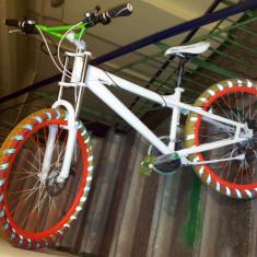 Bicicleta Mountain Bike Orange Fluorescent Sweetskinz Hazarea Custom, 19 inch, 26 inch, Numar viteze: 21, Aluminiu, Alb-Portocaliu