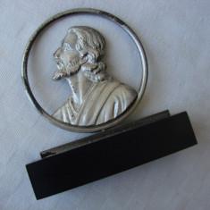 Chipul Mantuitorului din metal argintat pe postament din lemn