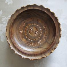 Frumoasa farfurie decorativa sculptata manual