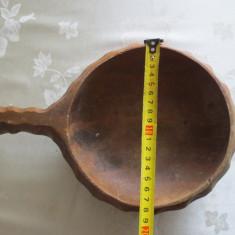 Frumos vas din lemn sculptat manual