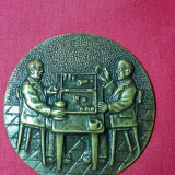 Veche Placheta vintage din bronz cu tema,, Joc de table in birt,, creata de celebrul J. Martens - stantata, de colectie
