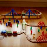Traseu 100 piese lemn - locomotive, vagoane, poduri, cladiri, oameni, pomi
