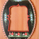 Rama foto Pictata manual, motiv floral. Port Sasesc,saseasca. Amintire din Govora,Anul 1984. (Suport oglinda veche. Lemn pictat,vitage, de colectie)