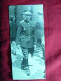 Fotografie interbelica - Ofiter pe strada cu Insigna de Academia Militara