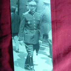Fotografie interbelica - Ofiter pe strada cu Insigna de Academia Militara - Fotografie veche