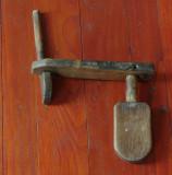 Vechi sistem de inchidere ( broasca ) din lemn pentru usa  - mestesug taranesc - arta populara - Banatul de munte ( Carasova ) !!!
