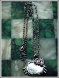 "Cumpara ieftin AuX: Superb LANTISOR fashion confectionat din metal cu MEDALION cu ""Hello Kitty"" si oglinda, aproape nou!"